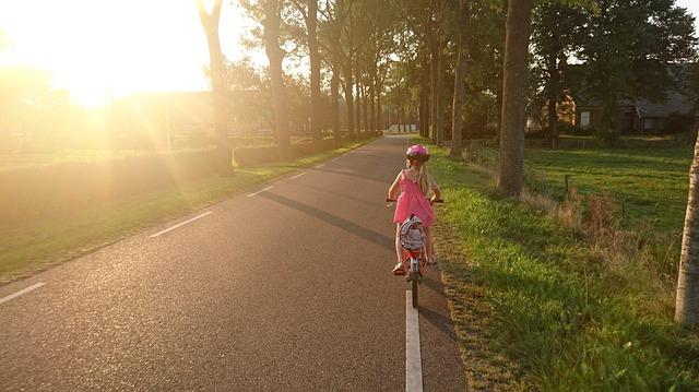 dziewczynka jedzie na rowerku