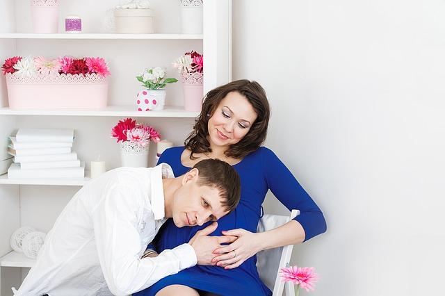 Kobieta i mężczyzna oczekujący dziecka