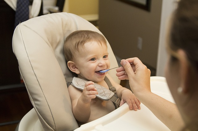niemowlę je posiłek z łyżeczki
