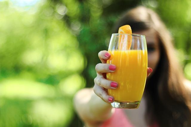 Kobieta z sokiem w ręce