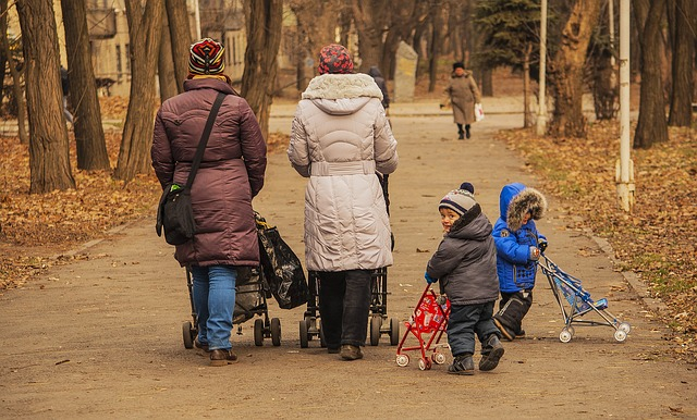kobiety z dziećmi na spacerze