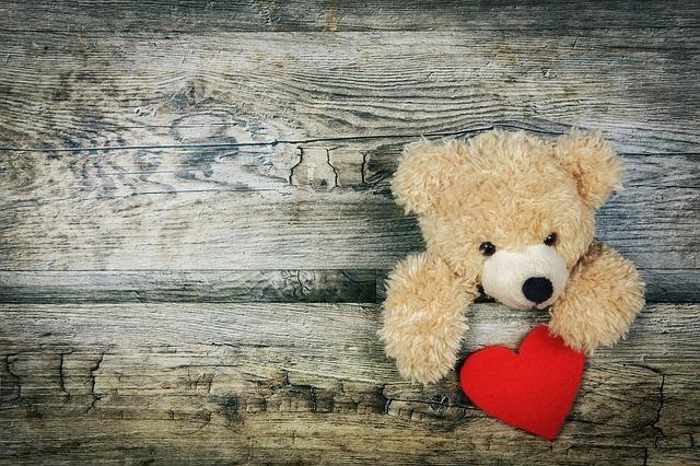 Zabawka-miś z czerwonym sercem