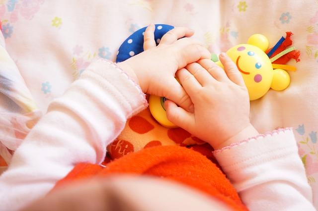Jakie zabawki dla niemowlaka? Lista zabawek dla noworodków i dzieci do 1 roku życia