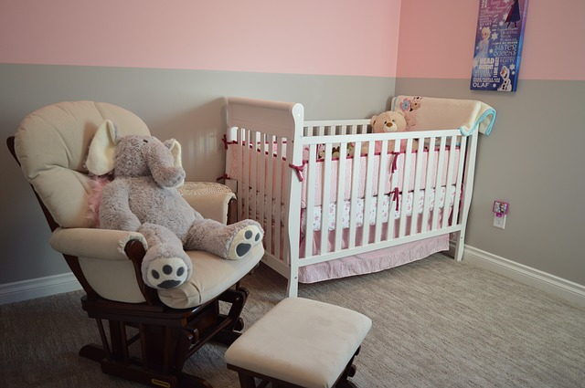 Kącik dla niemowlaka czy osobny pokój dla dziecka – co wybrać?