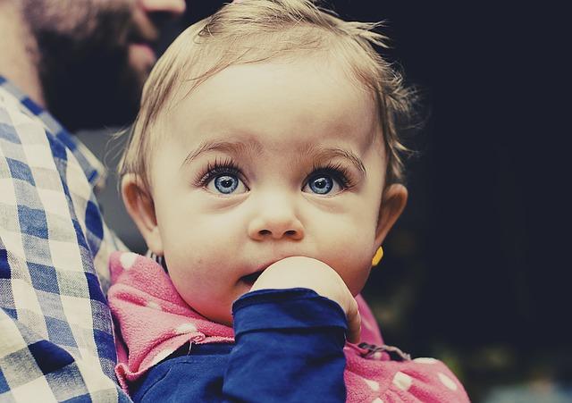 Jak ulżyć niemowlakowi podczas ząbkowania?