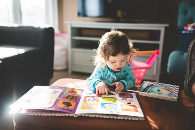 Dziecko z książeczką