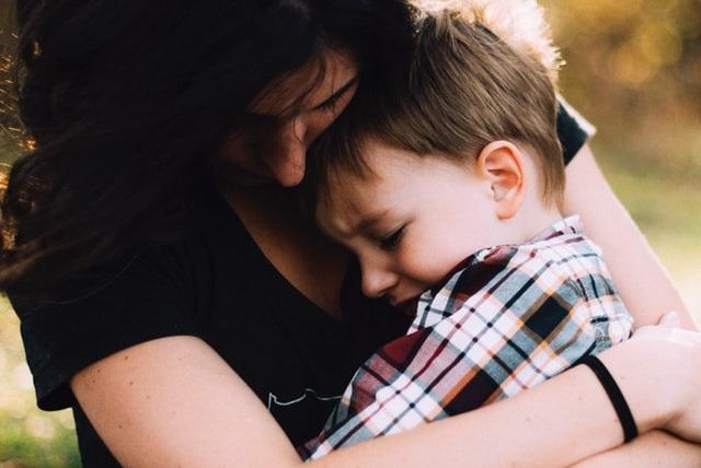 Matka przytulająca syna