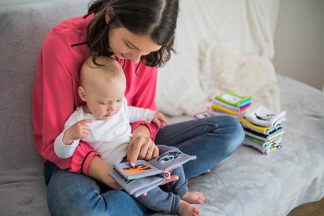 MAtka z dzieckiem czytają książkę