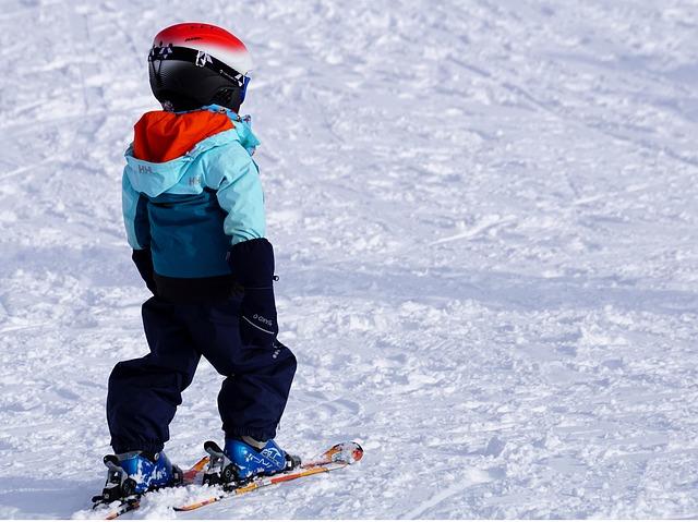 dziecko w kasku na nartach