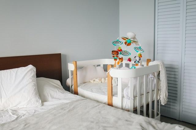 pokój z łóżeczkiem z karuzelą
